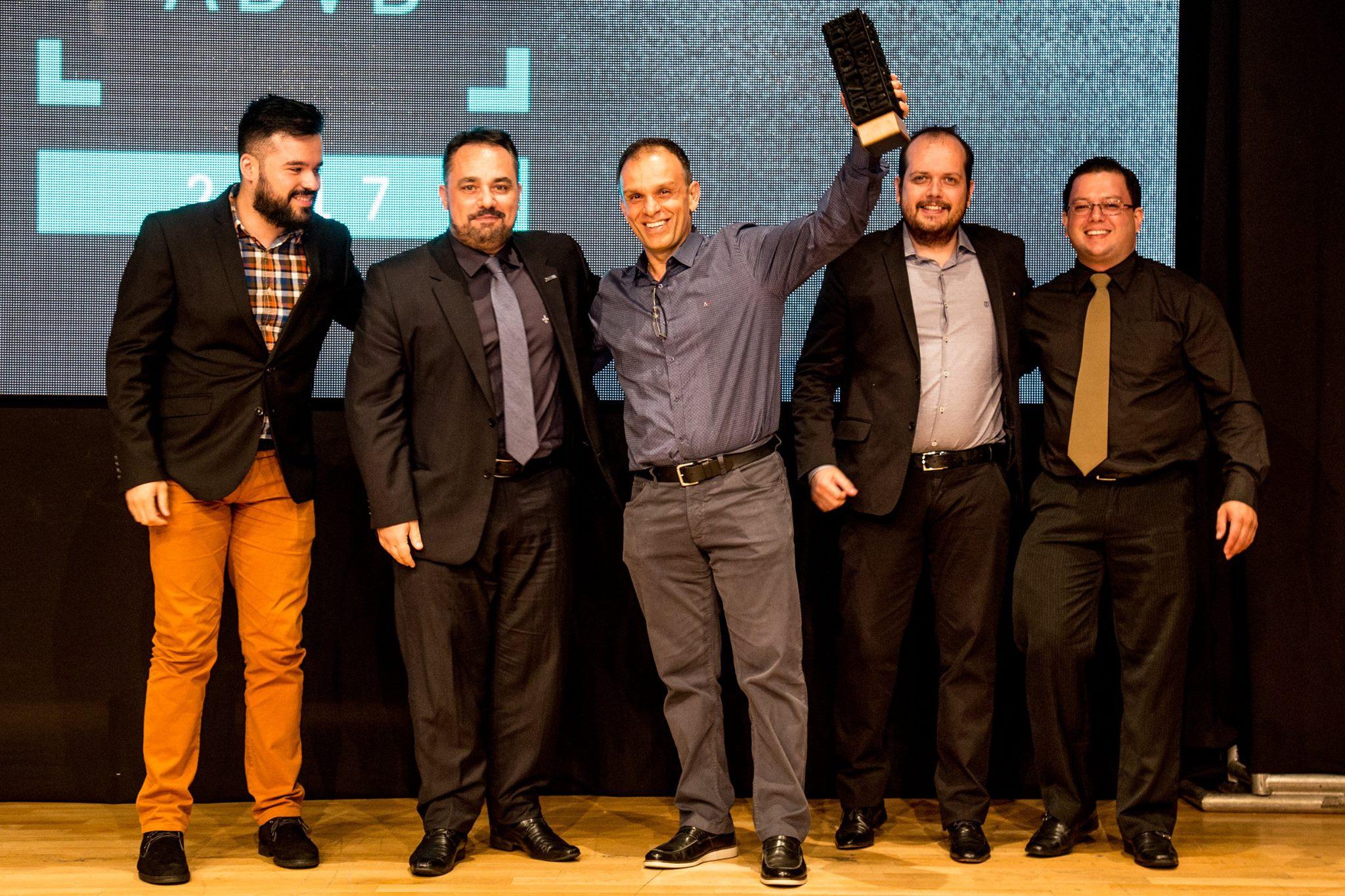 Garon Piceli (gerente comercial), Marcelo Valente (investidor), Felipe Portinho (gerente comercial) e Roberto Martins (gerente financeiro) na entrega do prêmio em Curitiba.